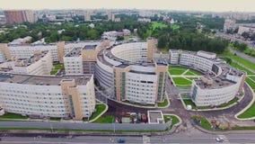 Hospital clínico Botkin das doenças infecciosas na cidade de Saint-Petrsburg Silhueta do homem de negócio Cowering filme
