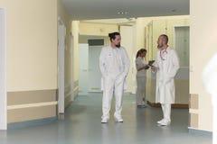 Hospital com três profissionais Foto de Stock