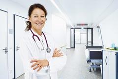 Hospital da cama do corredor do doutor fotografia de stock royalty free