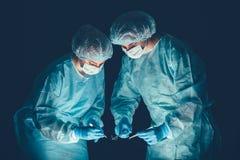Hospital da equipa médica que executa a operação Grupo de cirurgião no trabalho na sala do teatro de funcionamento Cuidados médic imagem de stock royalty free