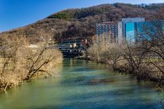 Hospital de Carilion Roanoke y río conmemorativos de Roanoke foto de archivo libre de regalías