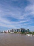 Hospital de Siriraj da ponte sob o céu azul Fotos de Stock
