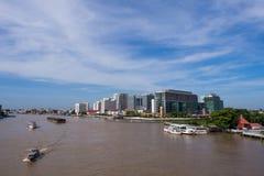 Hospital de Siriraj da ponte sob o céu azul Fotos de Stock Royalty Free