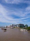 Hospital de Siriraj da ponte sob o céu azul Imagem de Stock