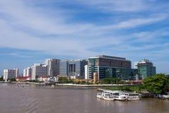 Hospital de Siriraj da ponte sob o céu azul Fotografia de Stock
