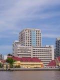 Hospital de Siriraj sob o céu azul Fotos de Stock Royalty Free