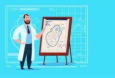 Hospital del trabajador de las clínicas del doctor Cardiologist Over Flip Chart With Heart Medical Fotografía de archivo libre de regalías