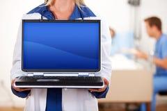Hospital: Doutor Holding Blank Laptop foto de stock