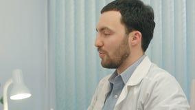 Hospital: El doctor Checks Heartbeat metrajes