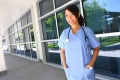 Hospital exterior de la enfermera asiática Foto de archivo