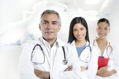 Hospital gris mayor de las enfermeras del pelo dos del doctor fotos de archivo libres de regalías