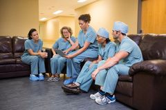 Hospital médico de Team Using Digital Tablet In Imagenes de archivo