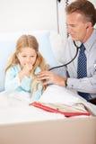 Hospital: Menina que tosse para o doutor fotos de stock