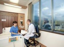 Hospital paciente femenino del doctor que consulta Imagenes de archivo