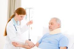 Hospital - paciente femenino del goteo del doctor IV Foto de archivo libre de regalías