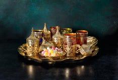Hospitalidad oriental el Ramadán de los platos de oro de la tabla de té
