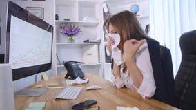 Hosta den rinnande näsan, den sjuka kvinnan, kontor fotografering för bildbyråer