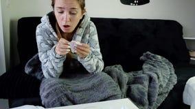 Hosta och blåsa näsa för ung sjuk kvinna lager videofilmer