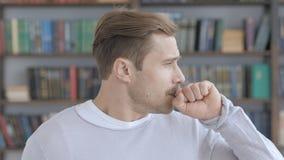 Hosta stående av den sjuka vuxna mannen som hostar på arbete arkivfoto