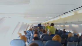 Hostess in alimento servente uniforme, servizio della società di linee aeree, turismo di comodità stock footage