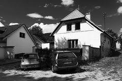 Hostice Tjeckien - Augusti 11, 2018: legendariskt hus av den Skopek familjställningen i mitt av den Hostice byn var var verktyget arkivfoton