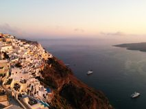 Hotéis de Santorini no penhasco da montanha fotografia de stock royalty free