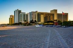Hotéis e torres do condomínio na praia no cantor Island, Florida Fotos de Stock Royalty Free