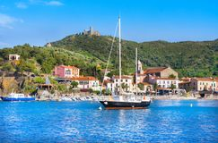 Hotéis na vila de Collioure com um moinho de vento na parte superior do monte, Roussillon do barco e da praia, V foto de stock royalty free