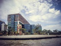 Hotéis pela opinião do rio de um barco em Tailândia fotografia de stock