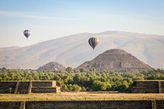 Hot air ballons over teh pyramids of Teotihuacan in Mexico Royalty Free Stock Photography