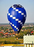 Hot air balloon over the city Royalty Free Stock Photos