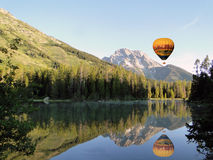 Hot air balloon over lake Royalty Free Stock Photos