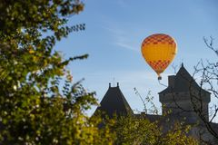 Hot air balloon in the sky of Castelnaud in Dordogne stock photography
