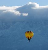 Hot air balloon soaring Royalty Free Stock Photos