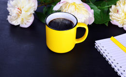 Hot black coffee in a yellow mug Royalty Free Stock Images