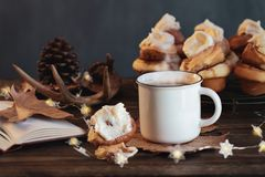Free Hot Cup Of Steaming Coffee With Cinnamon Roll And Open Book Royalty Free Stock Photos - 160636478
