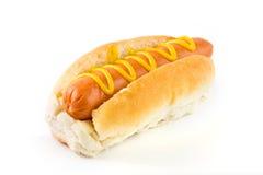 Hot-dog avec de la moutarde au-dessus du blanc Images libres de droits