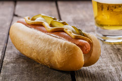 Hot-dog avec de la moutarde, conserves au vinaigre Photo stock