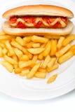 Hot-dog avec de la moutarde, le ketchup et les fritures Photos stock