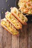 Hot-dog avec haut étroit de choucroute et de moutarde Vue supérieure verticale Photos stock