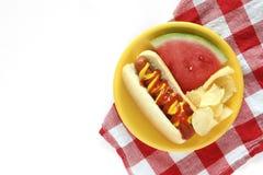Hot-dog avec la pastèque et les pommes chips Image stock