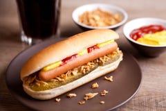 Hot-dog avec le cornichon et les oignons Image stock