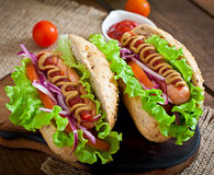 Hot dog avec le ketchup, la moutarde, la laitue et les légumes images libres de droits