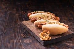 Hot dog con gli anelli di cipolla Immagini Stock Libere da Diritti