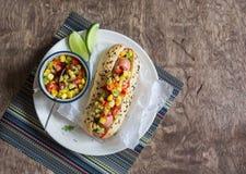 Hot-dog de style mexicain de rue sur le fond en bois photographie stock libre de droits