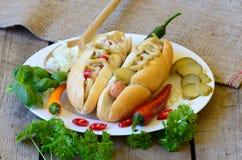 Hot dog delizioso di stile di Chicago su fondo di legno Fotografia Stock
