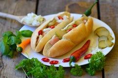 Hot dog delizioso di stile di Chicago su fondo di legno Immagine Stock Libera da Diritti