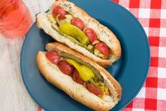 Hot dog di stile di Chciago sul piatto blu con lo schiocco di soda Fotografia Stock