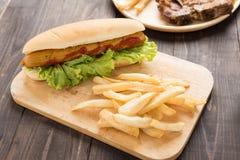 Hot dog, hamburgery i francuzów dłoniaki na drewnianym tle, fotografia royalty free
