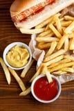 Hot dog i francuza dłoniaki w restauraci zdjęcia stock